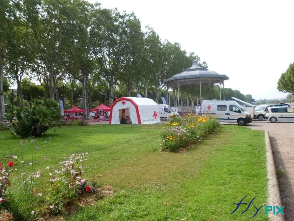 Unité de premiers soins de campagne, avec la tente médicale gonflable et des véhicules de la Croix Rouge Française.