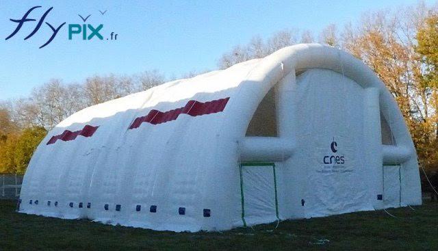 Un exemple de hangar gonflable médical, pour poste de premiers secours, 2 modules de 100 m2.