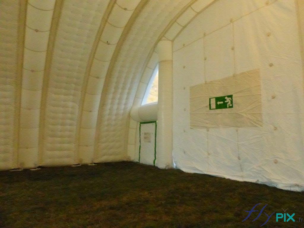 Vue à l'intérieur d'une tente médicale de 100m2: issues de sorties de secours et signalétiques.