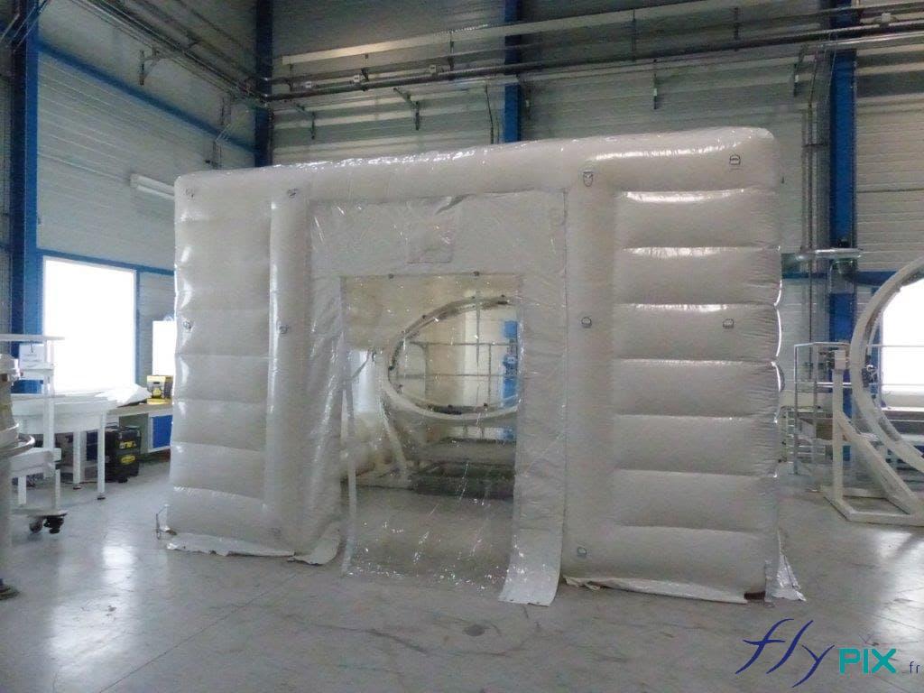 Un module de tente gonflable de décontamination, étanche et lavable facilement.