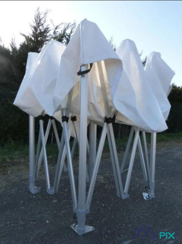 Tente médicale à armatures métalliques, pouvant être pliée facilement pour être rangée.