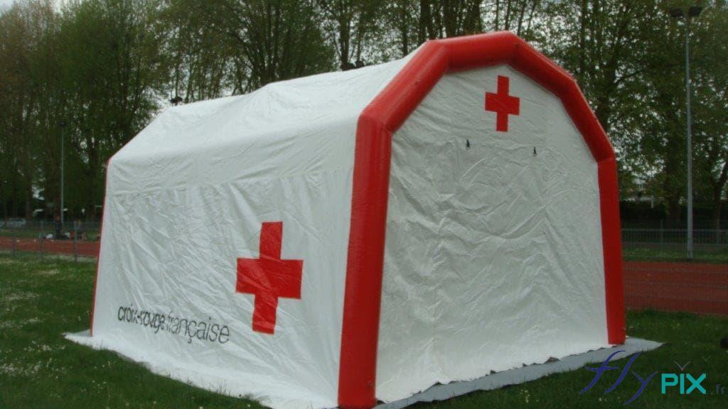 La tente médicale gonflable est personnalisée avec des marquages imprimés en couleur directement sur l'enveloppe en PVC blanche.