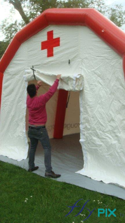 La porte de la tente PMA s'ouvre rapidement et facilement