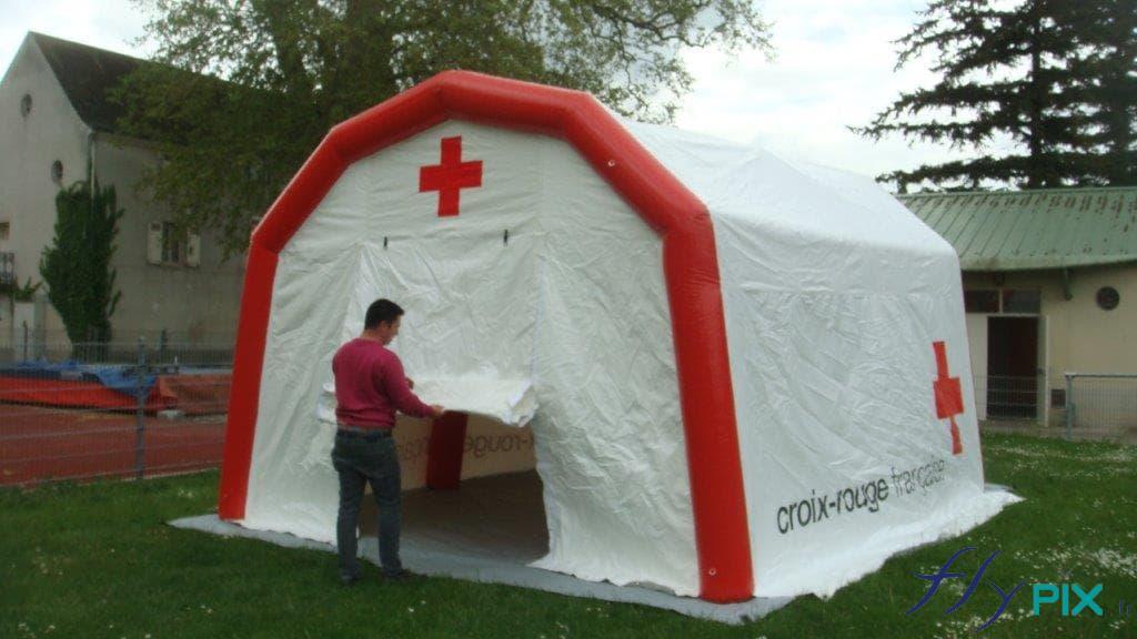 Vue avant de la tente poste médical avancé, avec une porte d'accès large pignon.