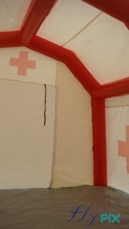 Intérieur de la tente PMA, avec des boudins d'ossatures de couleur rouge.