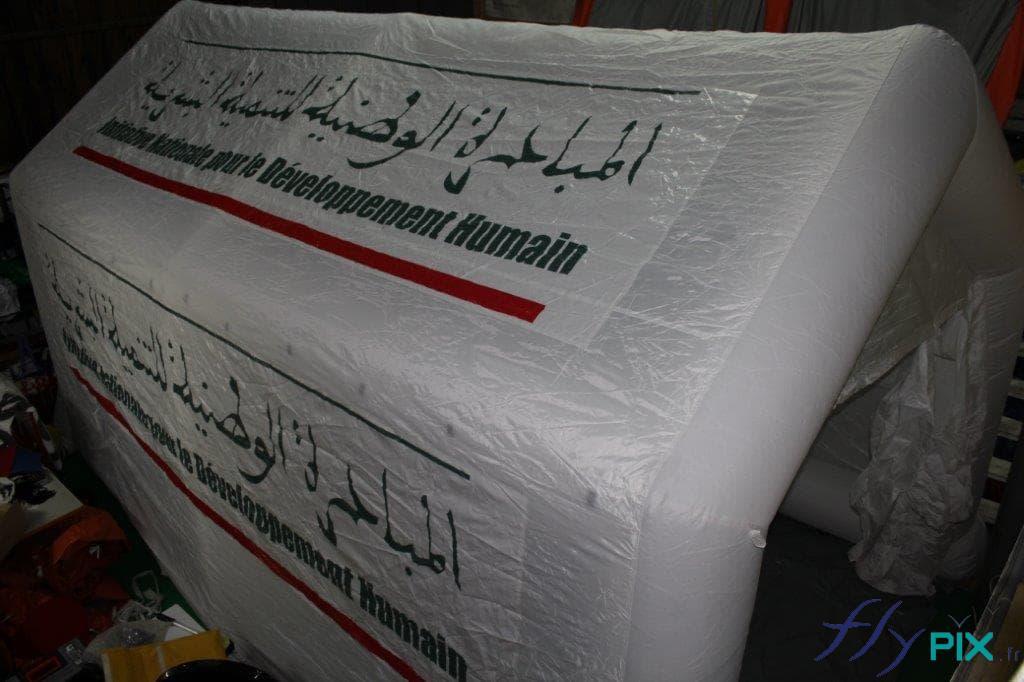 Une tente médicale gonflable de couleur blanche,  air captif étanche, en enveloppe PVC 0.6 mm simple peau, livrée au Maroc, en Afrique.