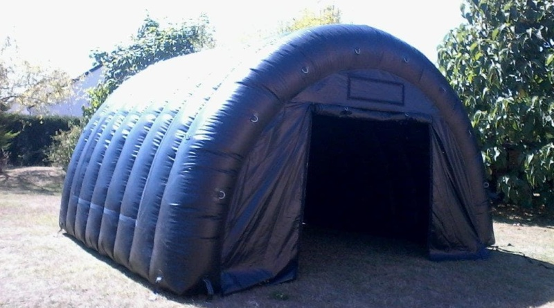 Tente de stockage gonflable, succession d'arches en demi lune, très robuste.