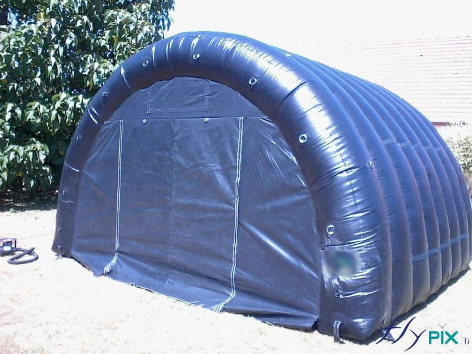 Une tente gonflable en enveloppe PVC0.6 mm double peau capitonnée, utilisée pour du stockage de matériel médical