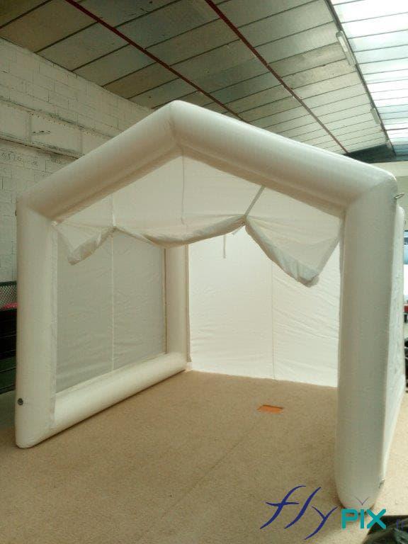 Tente air captif fabriquée pour l'armée, ici la gendarmerie, pour l'étude de scènes de crime en terrain isolé