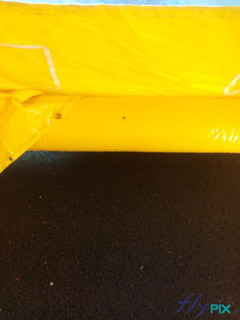 Boudins d'ossatures, air captif étanche, en enveloppe PVC 0.6 mm simple peau, et gonflés à l'air avec une pompe électrique.