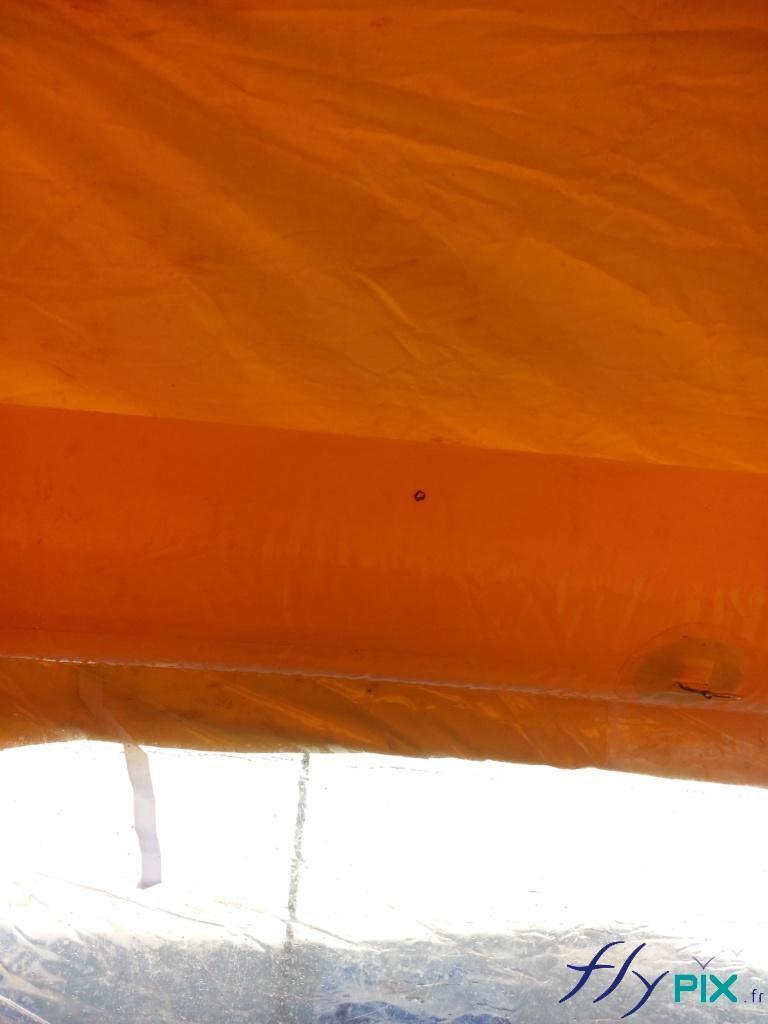 Les coutures de la tentes PMA pour la jointure entre les boudins d'ossatures et les murs.