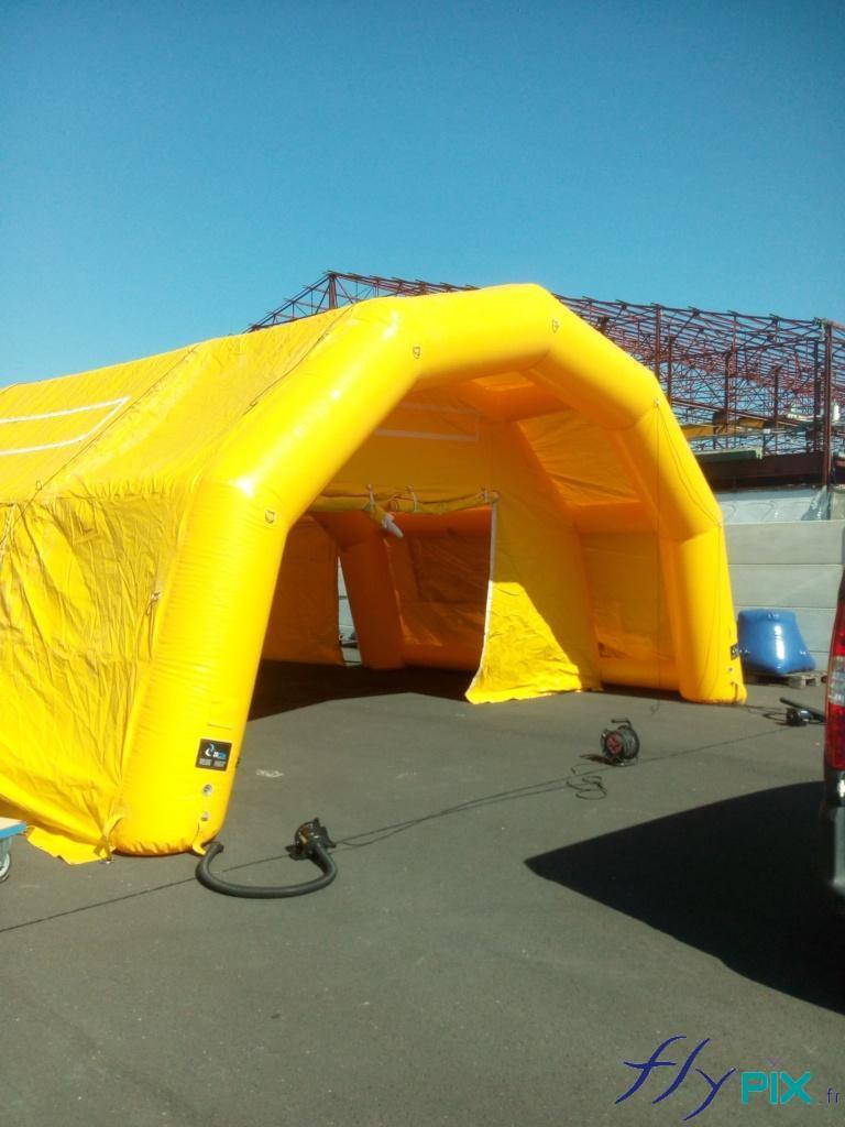 La tente PMA de grande taille est dotée de portes larges pignon et d'une grande marquise d'accès principale.