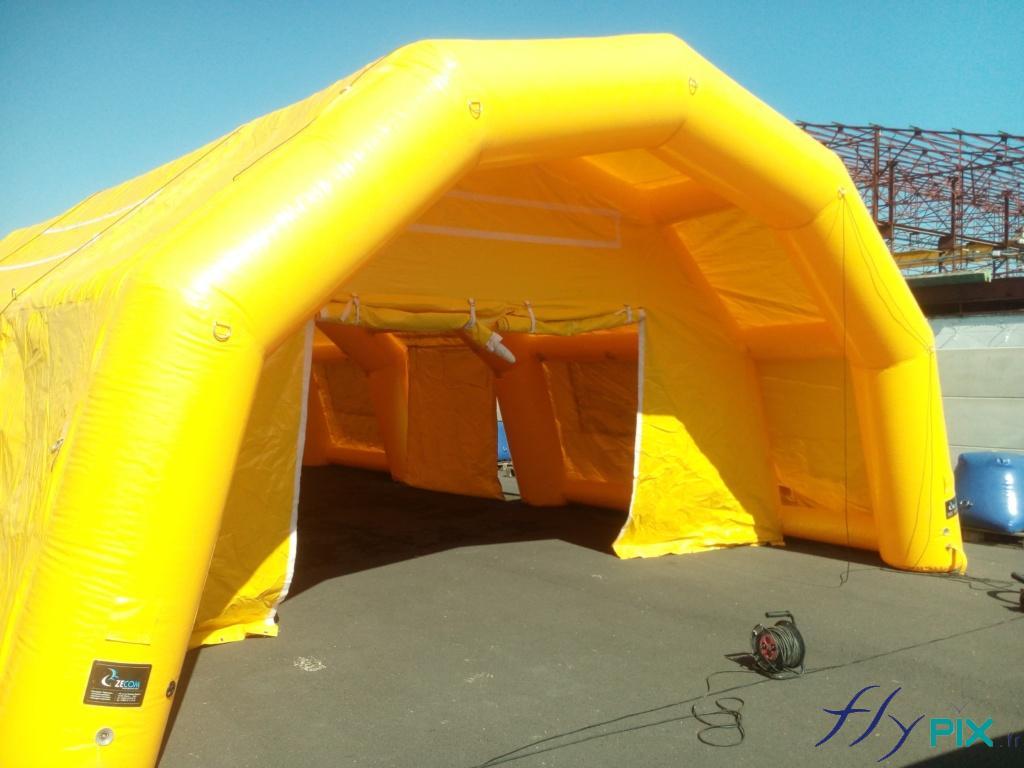 Marquise et porte large pignon d'accès à une grande tente PMA.