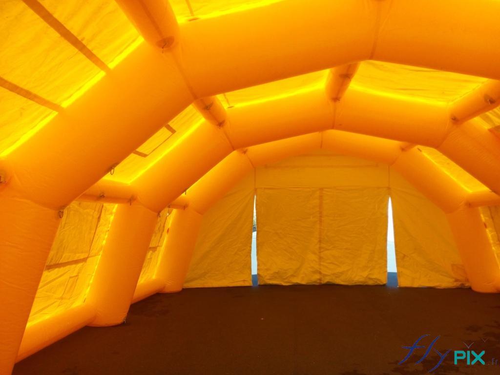 Les grandes tentes PMA procurent un gros volume protégé du vent, de la poussière et des intempéries.