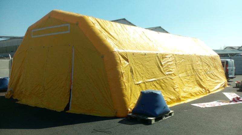 Une tente PMA gonflable de couleur jaune à pans coupés, air captif, gonflé à l'air.