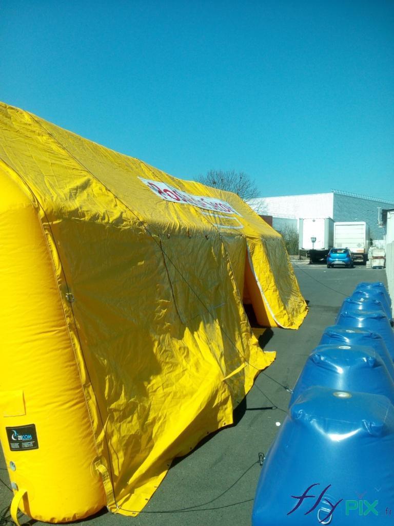 La tente médicale PMA est haubané avec des cordes marine Lancelin et des sacs de lestages à remplir de sable.