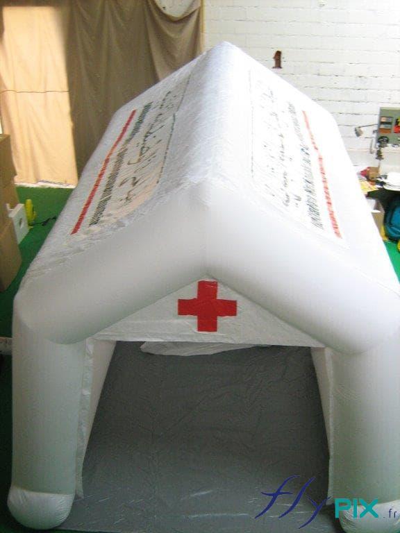 La tente PMA a une bâche au sol lavable en PVC, soudée aux murs et aux boudins d'ossatures.