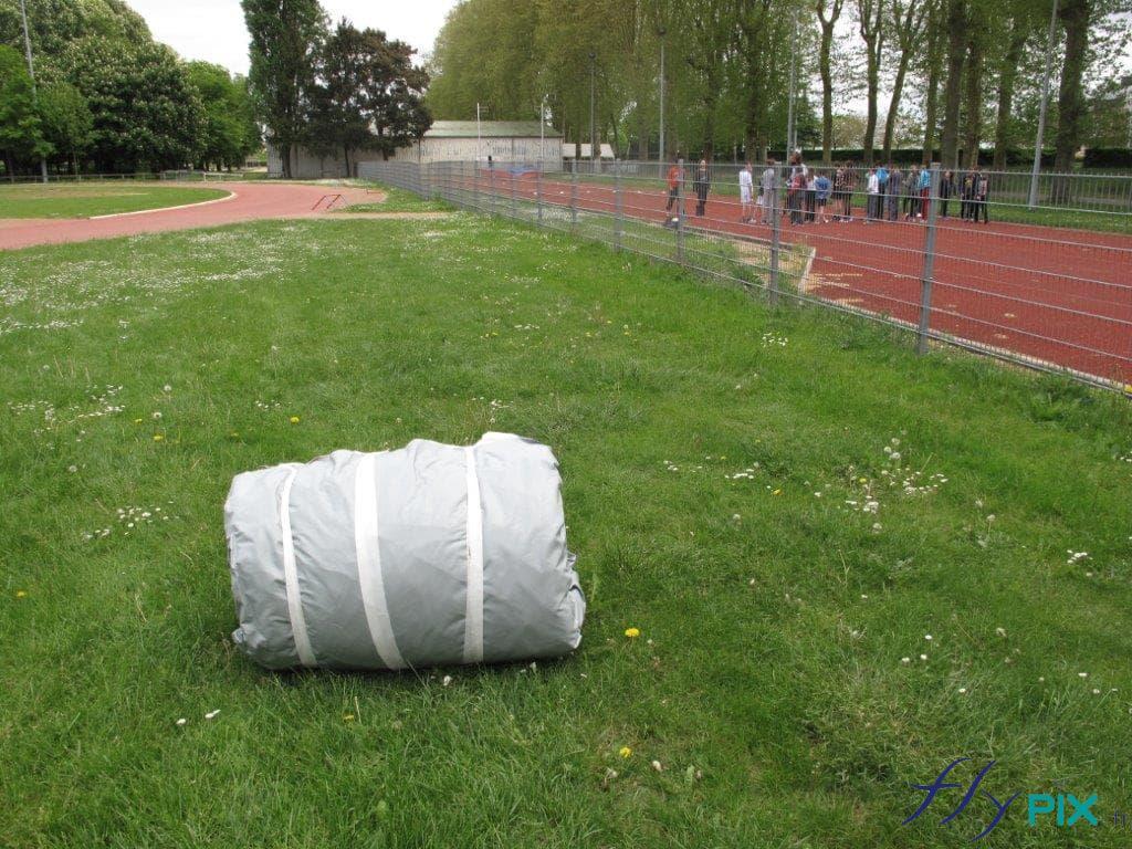 Tente PMA gonflable, pliée, prête à être gonflée.