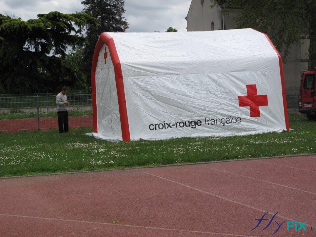 Vue générale d'une tente PMA gonflable, pour le Croix Rouge Française