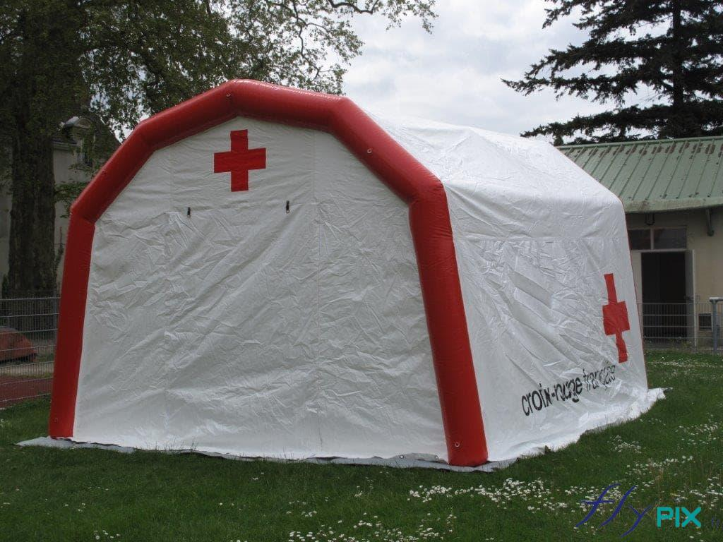 Une tente médicale, air captif étanche, gonflée à l'air avec une pompe électrique, fabriqué pour la Croix Rouge Française.