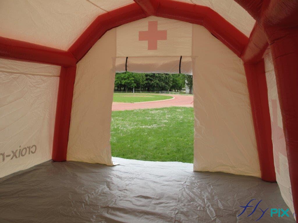 La porte large pignon permet un accès facile à l'intérieur de la tente PMA gonflable.