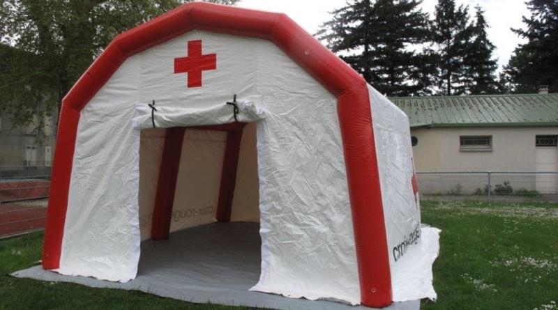 La tente poste médical avancé avec une large porte pignon, une bâche au sol lavable.