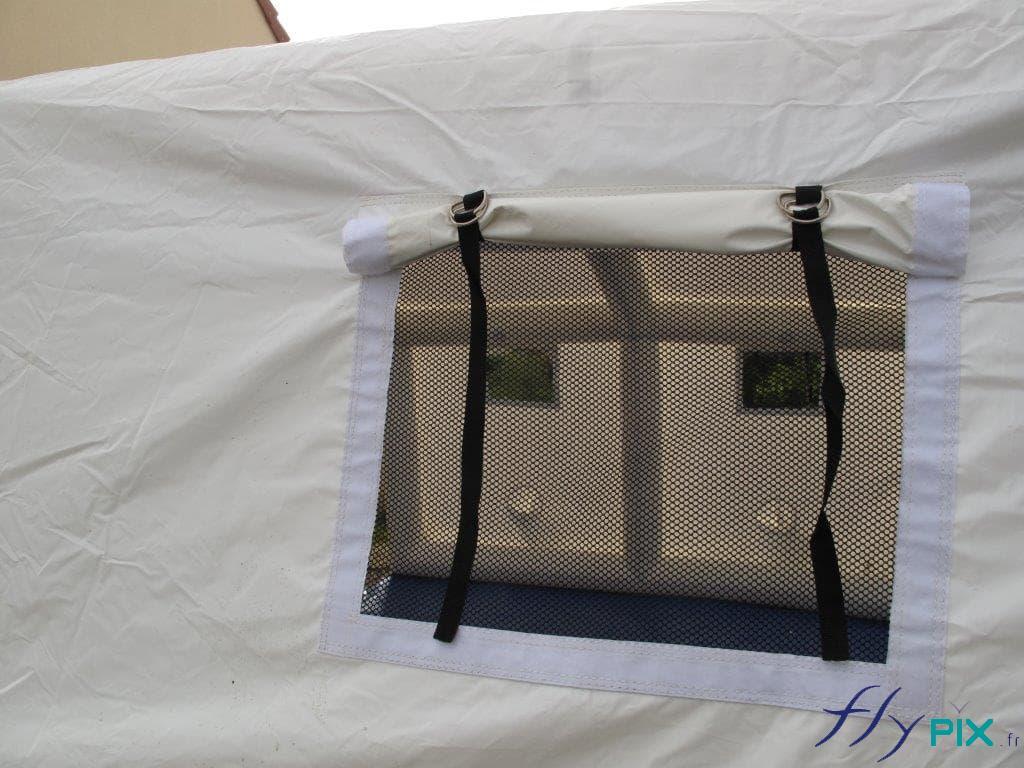 Tente PMA  gonflable avec des fenêtres moustiquaires et des volets amovibles.