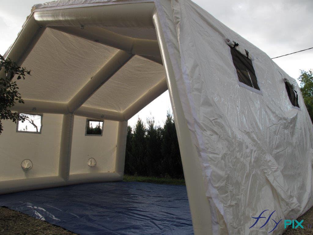 Au sol, une bâche lavable en enveloppe PVC 0.6 mm est soudée à la tente