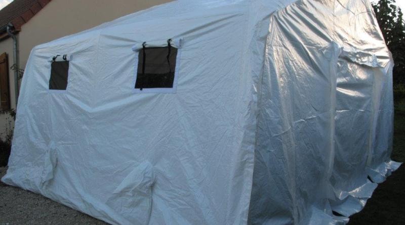 Une tente médicale avec des volets et moustiquaires