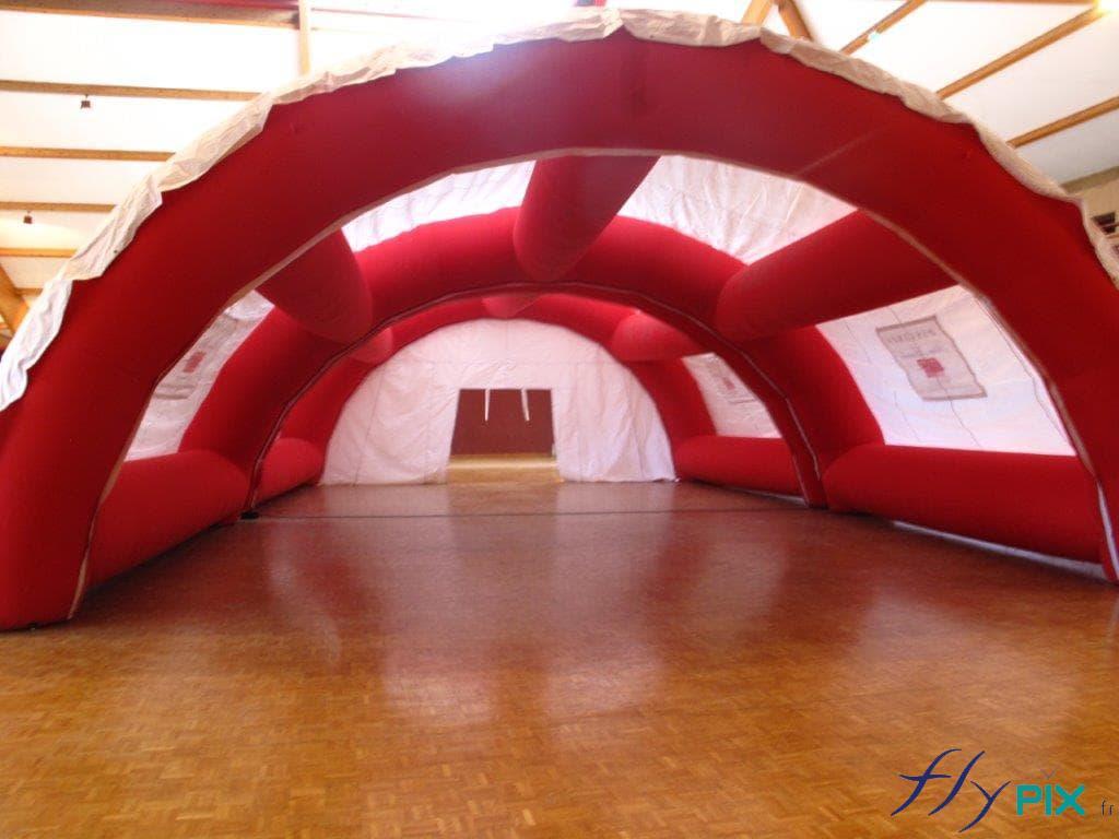 Tente de premiers soins en forme de tunnel.