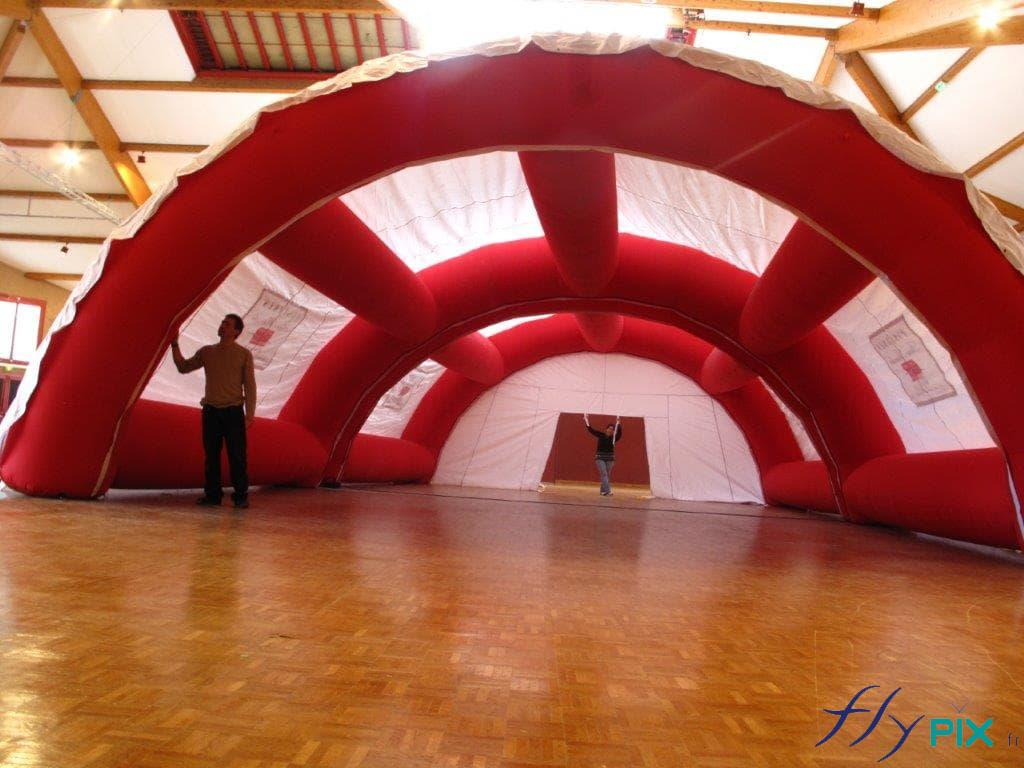 Vue intérieure d'une tente médicale gonflable, avec les boudins d'ossatures inter-connecté de 90 cm de diamètre.