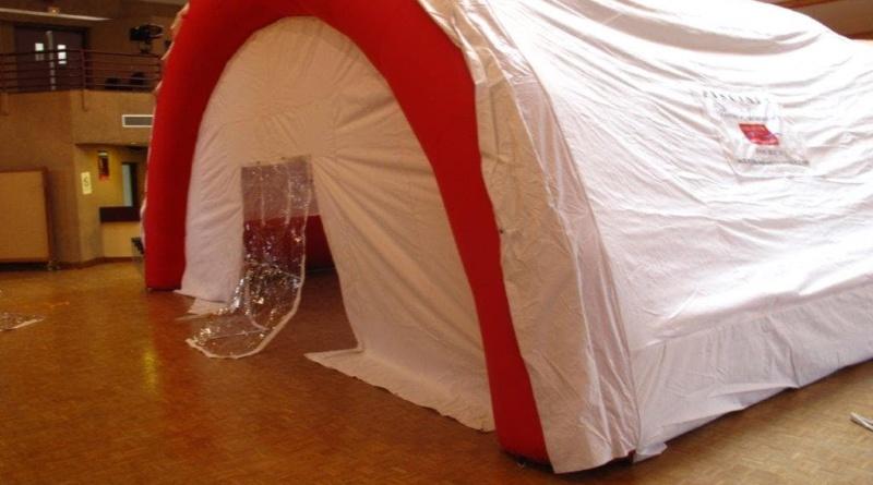 Une tente médicale PMA gonflable en forme de tunnel ou de demi-lune, gonflée à l'air.