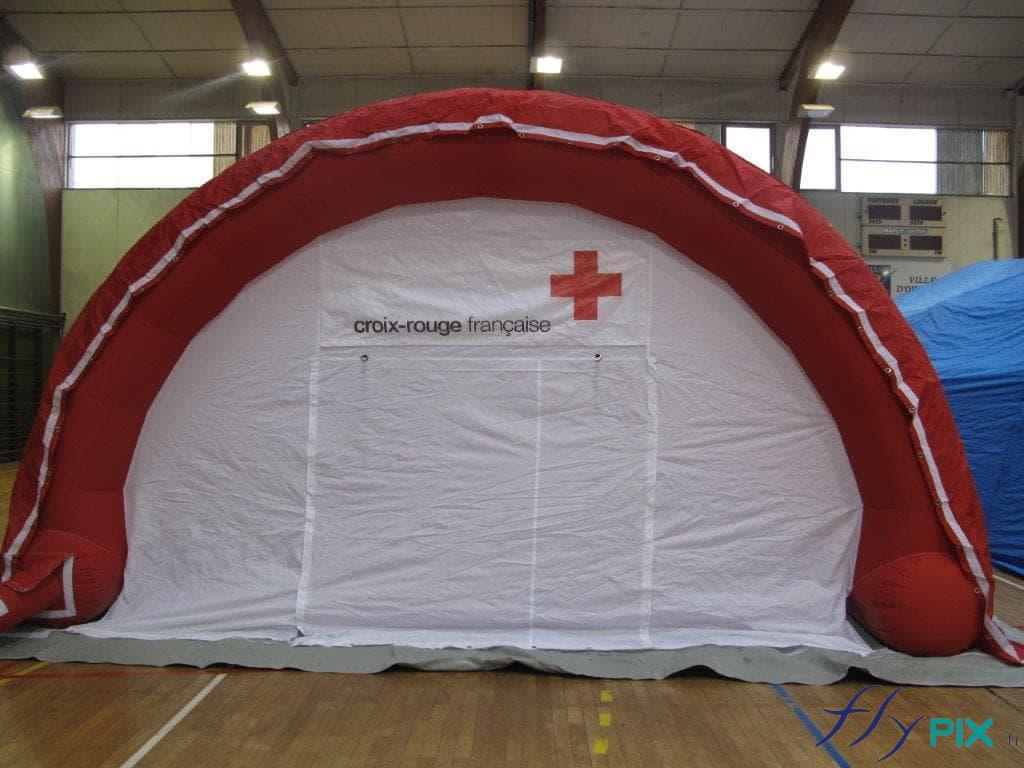Une tente gonflable médicale en forme de demi-lune, fabriquée pour la Croix Rouge Française dernièrement.