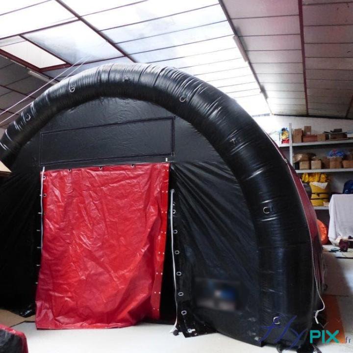 Tente de stockage de matériel médical, air captif, en forme de tunnel.