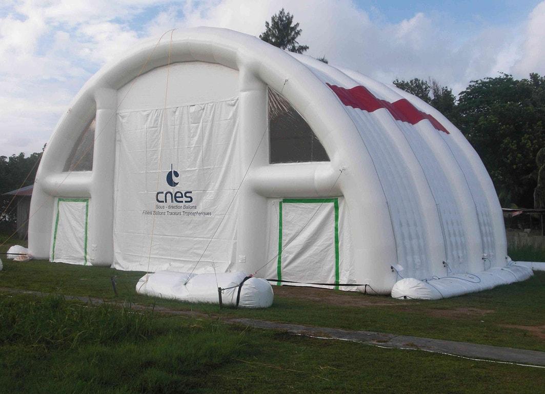 Un hangar gonflable à usage médical de 100m2 en forme de tunnel.