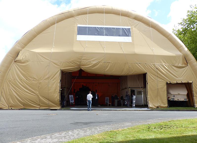 Nous pouvons fabriquer des tentes, abris ou hangars gonflables, sur mesure, et de très grandes tailles, pour la protection de véhicules, matériels ou de containers, lors de déplacement de troupes militaires.