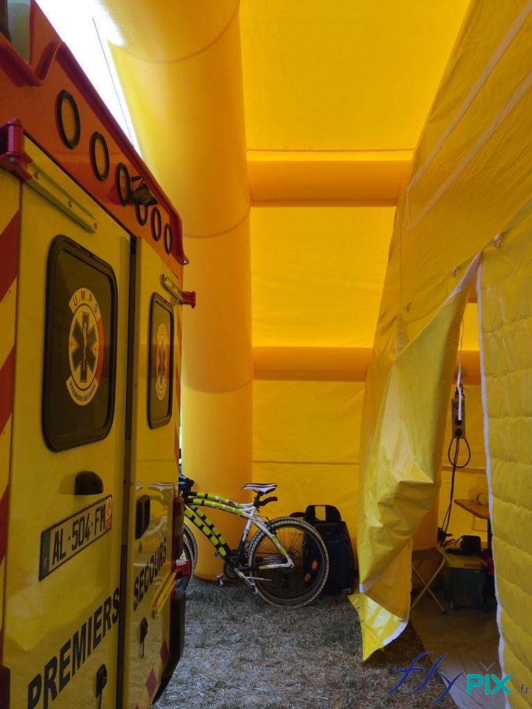 Accès à la porte de la tente PMA via une marquise adaptée