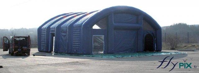 Un hangar gonflable pour stocker du matériel, des machines ou des containers, pendant les opérations militaires ou le support logistique de troupes des armées.