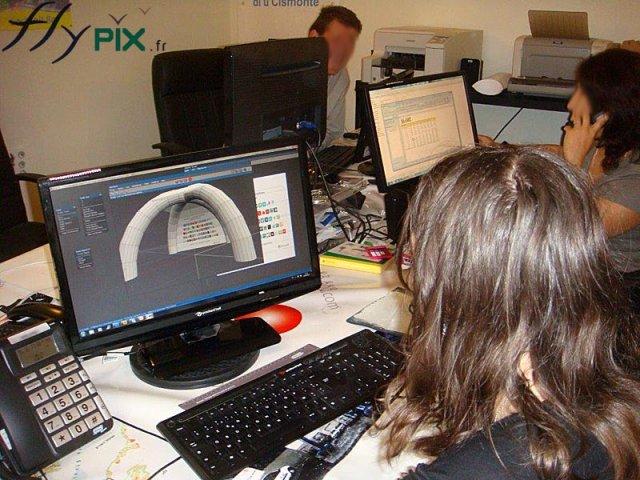 Une équipe d'ingénieurs et de techniciens travaillent sur divers projets de conceptions et de fabrication d'abris et de tentes gonflables PMA (Poste Médical Avancé).