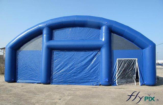 Les abris gonflables sont dotés de plusieurs accès ou portes, pour en faciliter l'usage par les militaires et les officiers de l'armée.