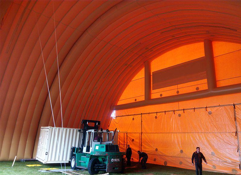 Un abri gonflable de grande taille pour le stockage de matériel et de containers