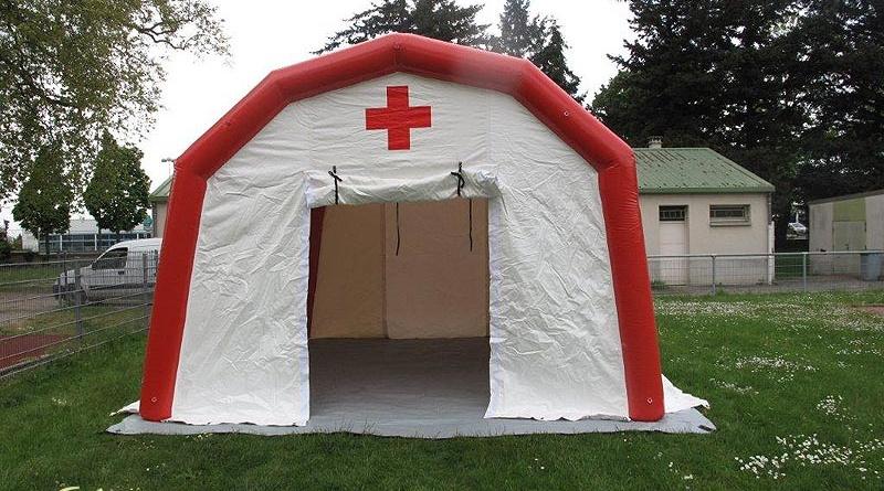 Face avant de la tente PMA médicale gonflable, la porte large pignon ouverte.
