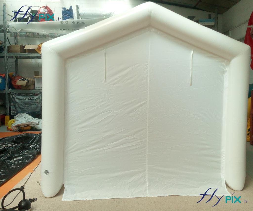 Une tente de décontamination utilisable pour le nettoyage de matériel médical, pour effectuer des drives-test anti Covid-19, ou pour la protection de personnel soignant. Une tente gonflable air captif étanche, en enveloppe PVC 0.6 mm simple peau.