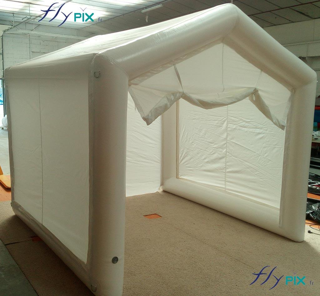 Porte large pignon ouverte de la tente PMA de poste médical avancé.