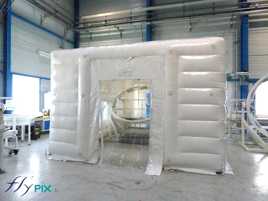 Une cabine de nettoyage et de désinfection de matériel médical, par gaz ozone, ici en enveloppe double peau capitonnée.