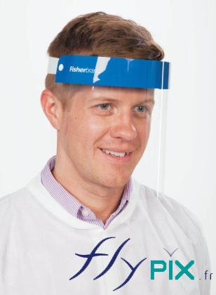 Un masque de protection du visage en PVC, une fois mis en place sur la tête d'un homme. Il faut compléter abec masque FFP2 ou FFP3, gants.