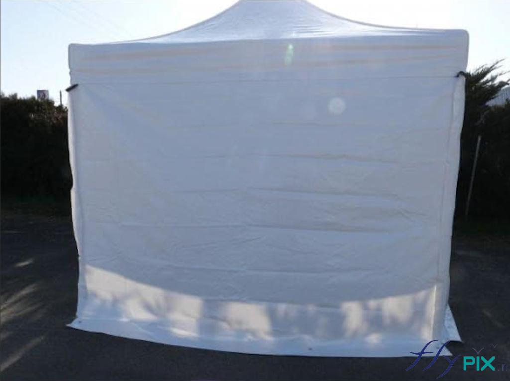 Tente PMA à armatures métalliques avec murs et toiture en enveloppe blanche