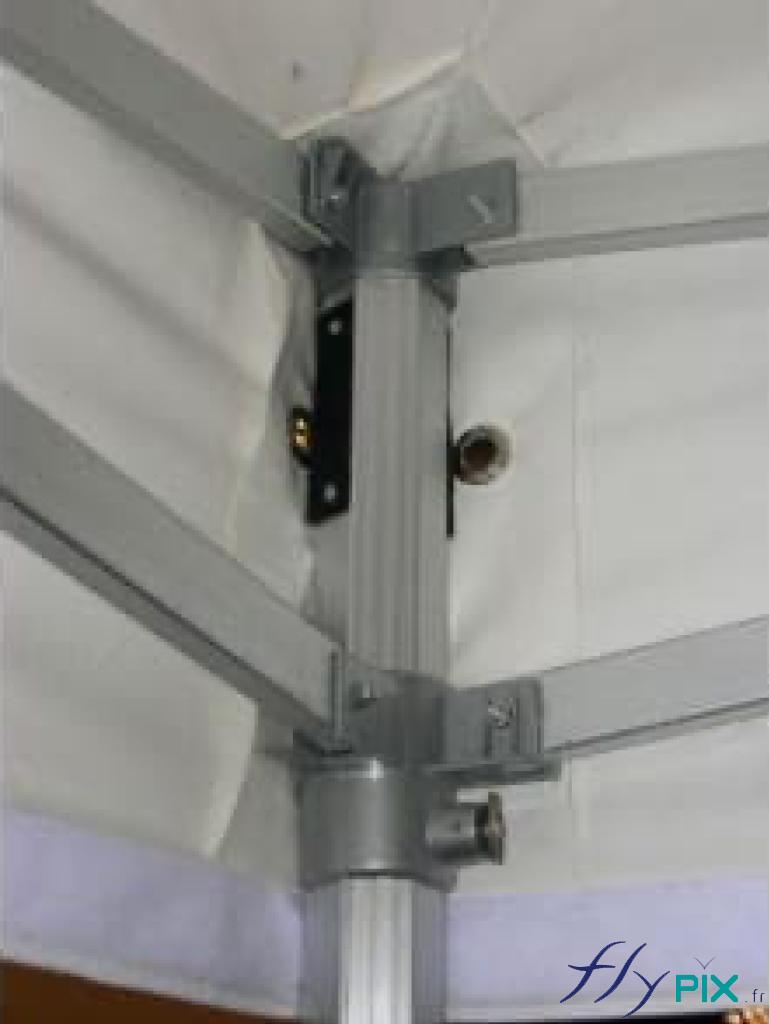 Vue de l'intérieur d'une tente pliable à armatures métalliques