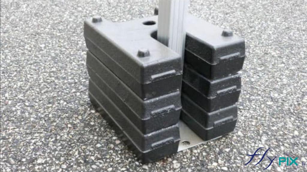 Les tentes pliables à armatures métalliques sont dotés de lestages pour une bonne stabilité de la structure.