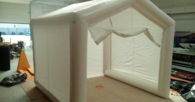 Une tente médicale PMA de premiers soins, ou tente de décontamination, en enveloppe PVC 0.6 mm simple peau, air captif étanche, gonflée avec une pompe électrique.